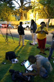 Media wait for news outside  Nelson Mandela's  home in Johannesburg on December 6, 2013 .  Mandela, the revered icon of the anti-apartheid struggle in South Africa and one of the towering political figures of the 20th century, has died aged 95, President Jacob Zuma said on December 6. Photo: ALEXANDER JOE, Getty Images / 2013 AFP