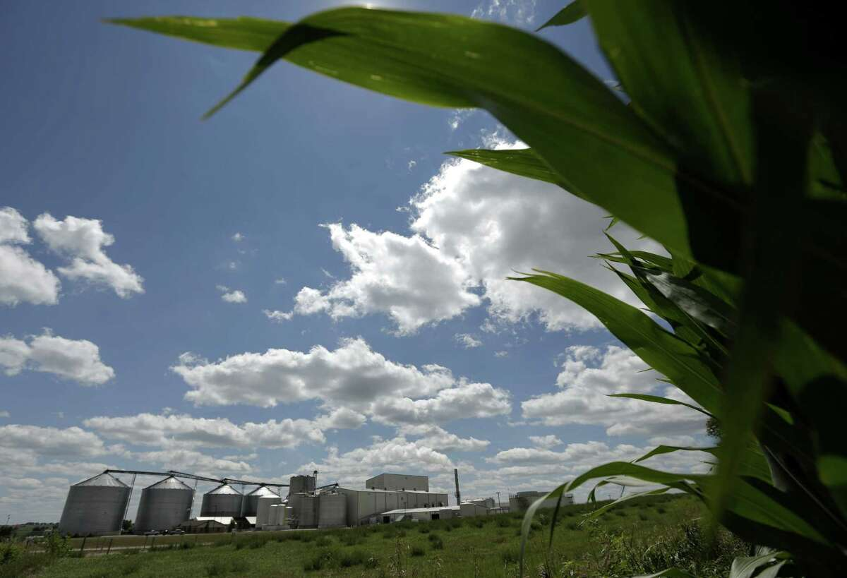 The Obama administration's latest plan for renewable fuels was criticized by scores of farmers, politicians, engineers and refiners Thursday.