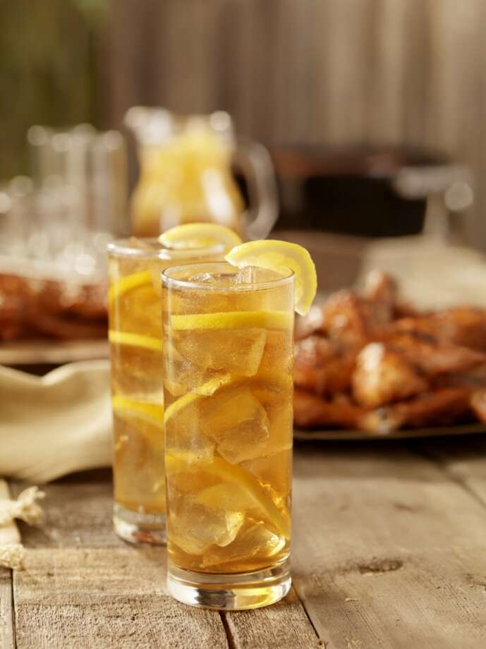 """4. Sliced lemons in your drink are grossSays Urbanspoon:   """"Sliced lemons for water and iced tea are often kept, usually unwashed, in a container by the kitchen''s exit. Waiters and busers will grab the lemon slices with their bare hands; studies have shown that up to two-thirds of restaurant lemons are contaminated with bacteria."""" Photo: Lauri Patterson, Getty Images"""