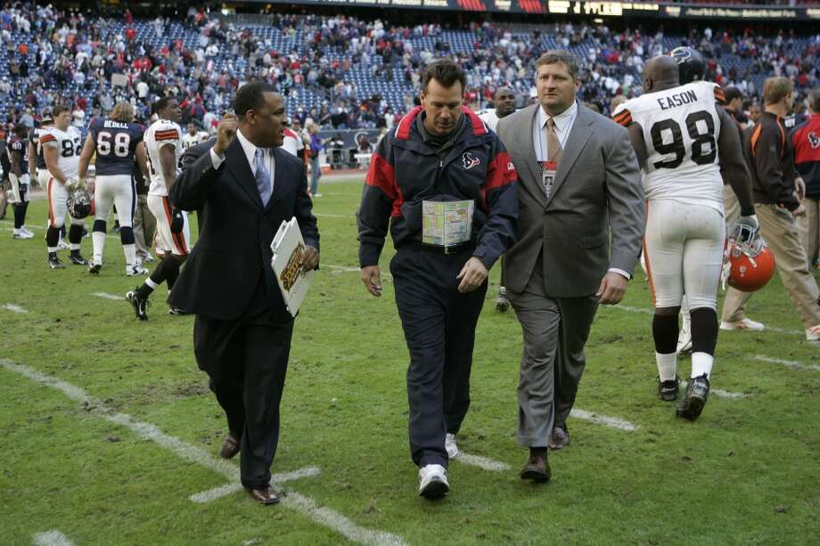 Gary Kubiak walks off the field after the Texans defeated the Cleveland Browns 14-6 in the 2006 season finale. The Texans finished the season with a 6-10 record. Photo: Steve Campbell, Houston Chronicle