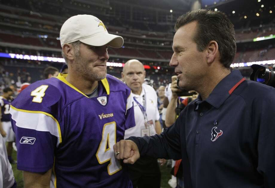 Gary Kubiak talks with Minnesota Vikings quarterback Brett Favre after a preseason game on  Aug. 31, 2009. Photo: Brett Coomer, Houston Chronicle