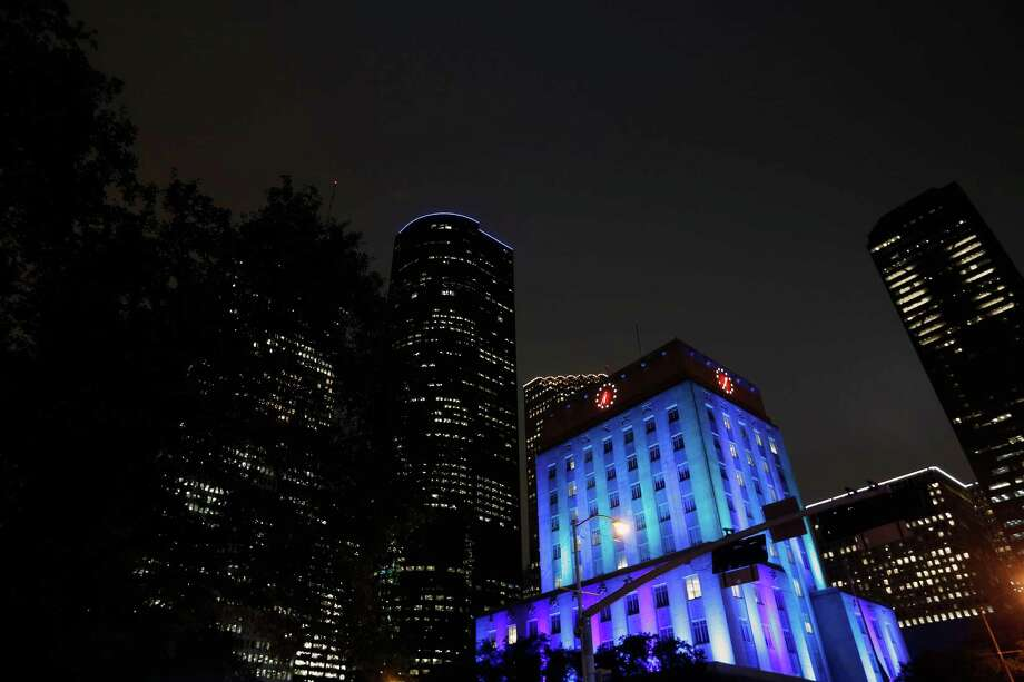 Houston City Hall is seen lit up Photo: © TODD SPOTH,  2013 / © TODD SPOTH, 2013