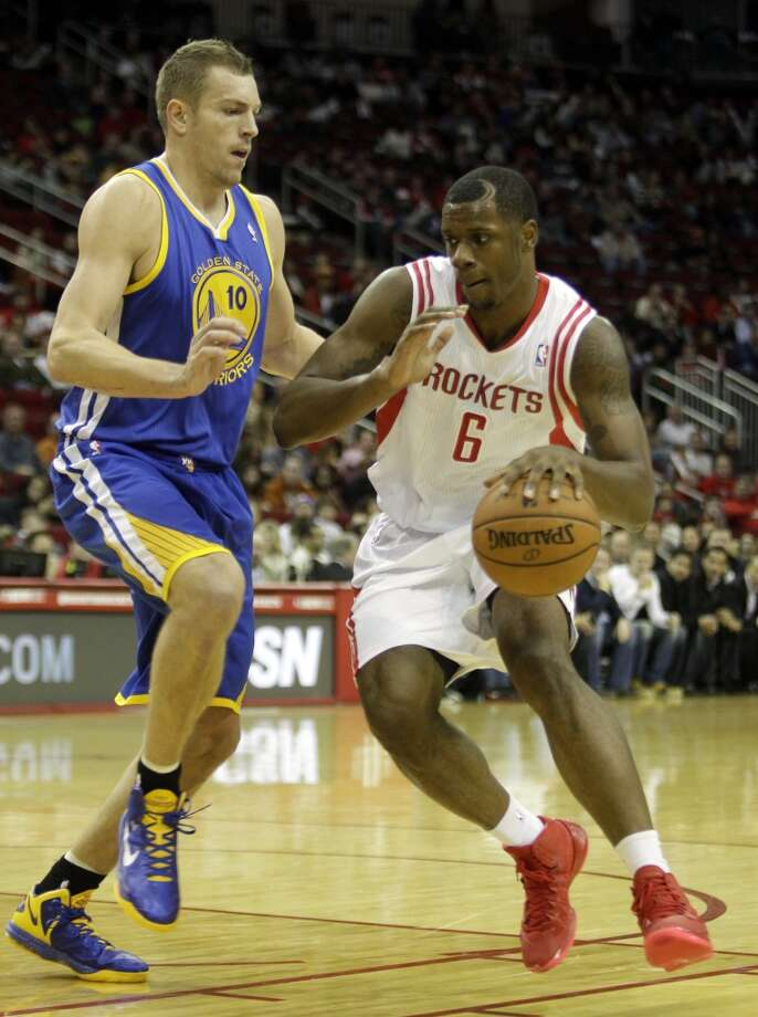 Terrance Jones takes the ball around David Lee. Photo: Melissa Phillip, Houston Chronicle