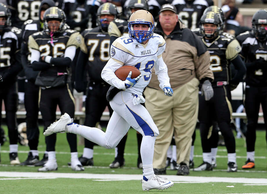 Mule receiver Robert Schuler takes off on a long gain after catching a pass in the second half as Alamo Heights plays Calhoun at Bobcat Stadium in the 4A quarterfinals on December 7, 2013. Photo: Tom Reel, San Antonio Express-News