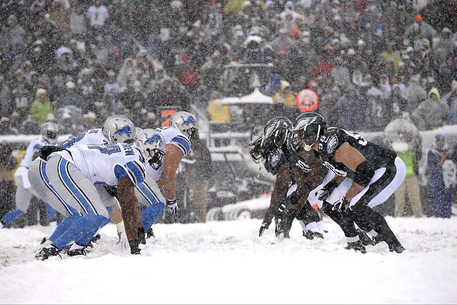 The Detroit Lions offense lines up against the Philadelphia Eagles defense during the first half of an NFL football game, Sunday, Dec. 8, 2013, in Philadelphia. Photo: Michael Perez, Associated Press