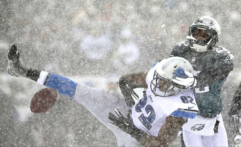 Detroit Lions' Dorin Dickerson, left, cannot hang onto a pass as Philadelphia Eagles' Brandon Boykin defends during the first half of an NFL football game, Sunday, Dec. 8, 2013, in Philadelphia. Photo: Michael Perez, Associated Press