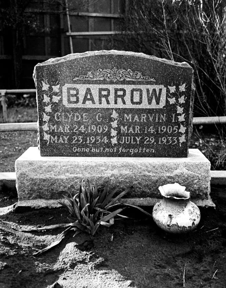 The tombstone of Clyde Barrow. Photo: Carl Mydans, Getty Images / Time Life Pictures