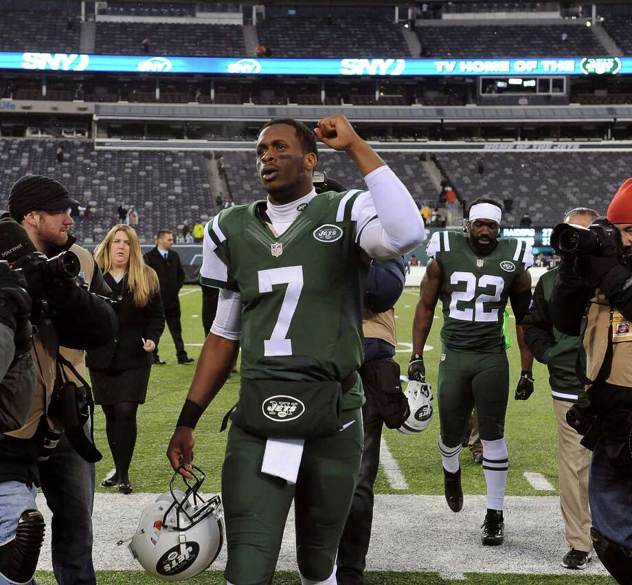 New York Jets quarterback Geno Smith leaves the field after an NFL football game against the Oakland Raiders at MetLife Stadium in East Rutherford, N.J., Dec. 8, 2013. The Jets won 37-27. (Barton Silverman/The New York Times) ORG XMIT: XNYT80 Photo: BARTON SILVERMAN / NYTNS