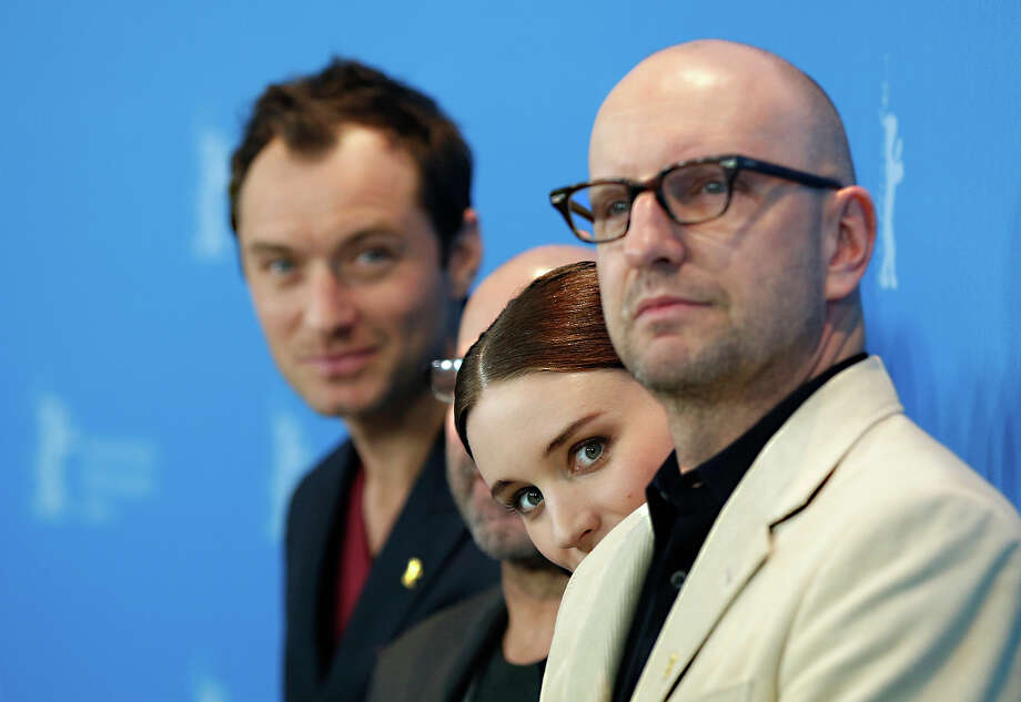 From left, actors Jude Law, Rooney Mara and director Steven Soderbergh pose for photographers at the photo call for the film Side Effects at the 63rd edition of the Berlinale, International Film Festival in Berlin, Tuesday, Feb. 12, 2013. Photo: Gero Breloer, ASSOCIATED PRESS / AP2013