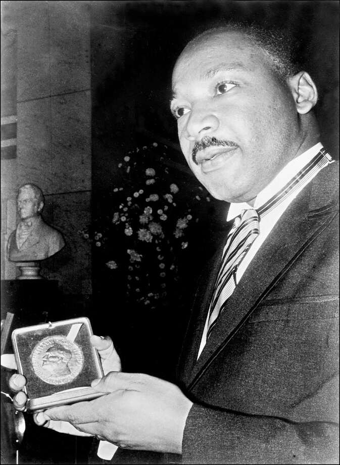 Martin Luther King Jr. displays his Nobel Peace Prize medal in Oslo on Dec. 10, 1964. Photo: -, Getty Images / AFP