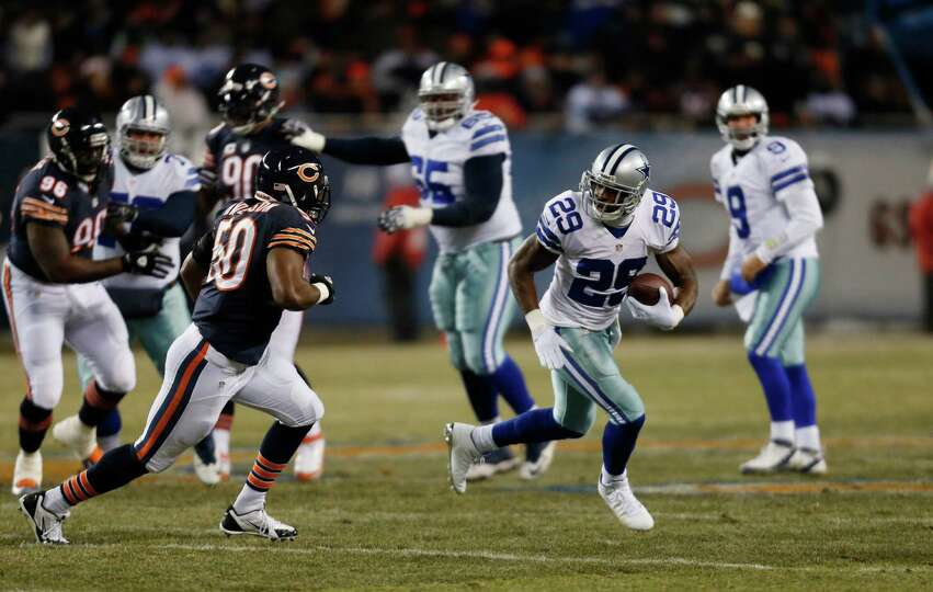 Dallas Cowboys running back DeMarco Murray (29) runs against Chicago Bears linebacker James Anderson