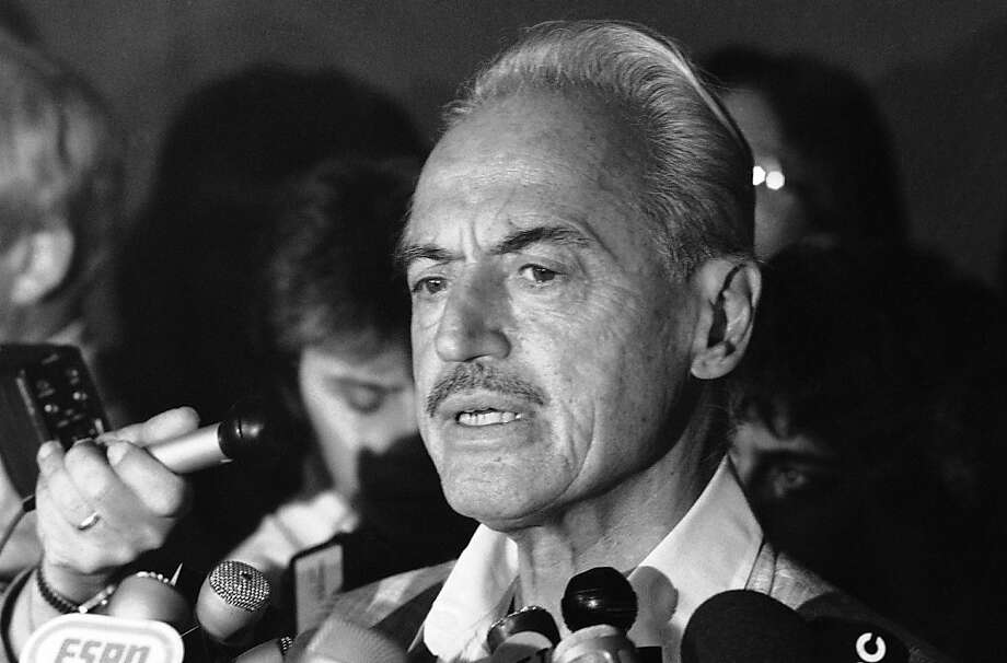 Union leader Marvin Miller outlines rejection of a plan to end the 1981 strike. A panel of 16 voters declined to admit Miller to the Baseball Hall of Fame. Photo: Howard, Associated Press