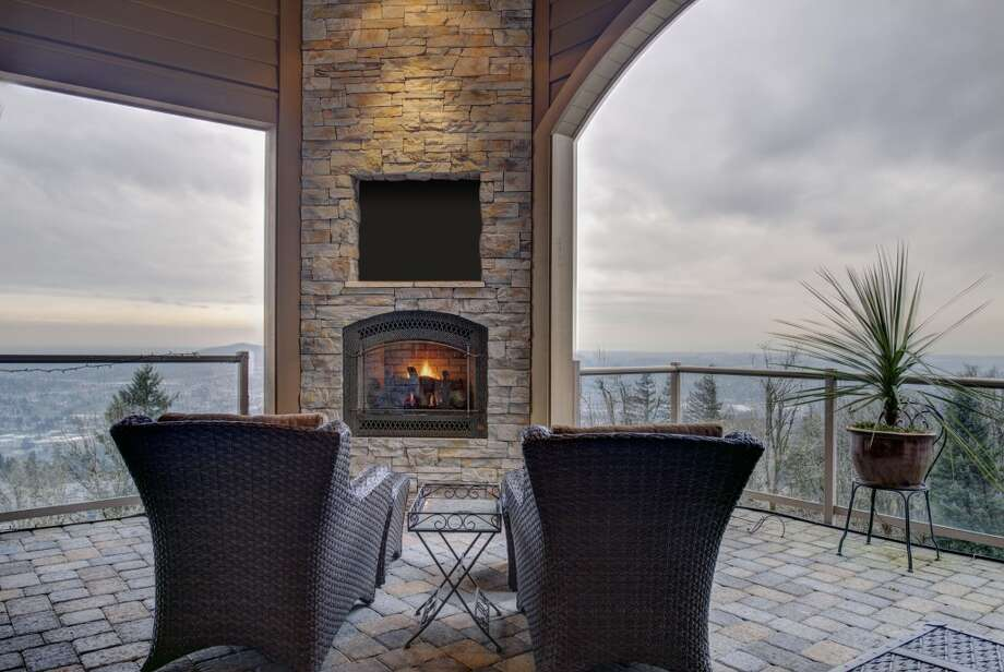 Outdoor dining with fireplace! Photos via Cindy Oja, John L Scott. Photo: Kent SkewesBarefoot Studio