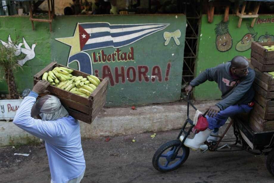 Los vendedores transportan platanos en Havana. Más y más, Cuba ha permitido la gente trabajar para sí mismos y no un colectivo. Photo: Franklin Reyes / Associated Press