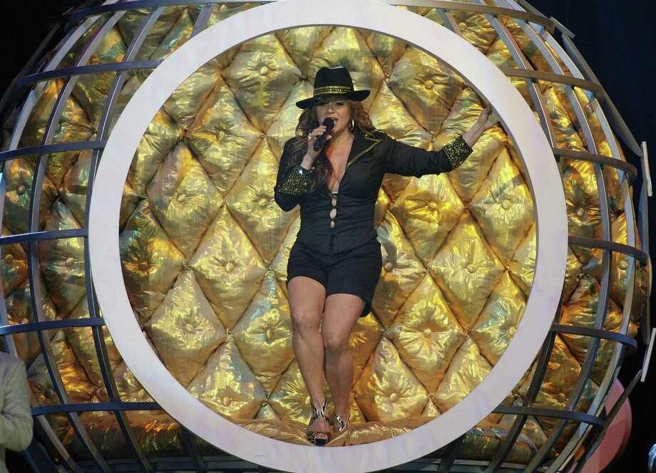 En un foto del 2009, Jenni Rivera canta en  en Coral Gables, Florida. Hace un año que murio la cantante. Tambien murieron  su publicista,  su maquillista, su abogado  y su estilista. Photo: Jeffrey M. Boan / Associated Press