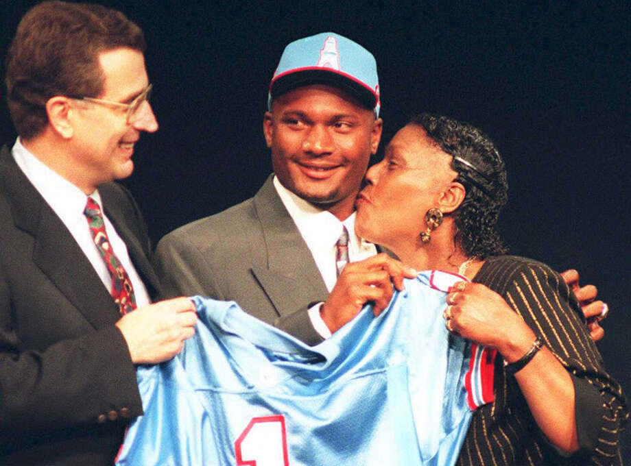 Steve McNair (C) of Alcorn State gets a kiss from his mother, as NFL Commissioner Paul Tagliabue (L) watches, after McNair was picked third in the NFL Draft by the Houston Oilers April 22, 1995 in New York. Photo: MARK PHILIPS, AFP/Getty Images / AFP