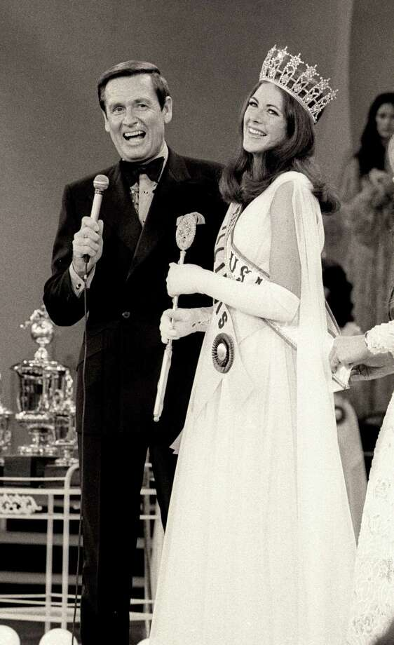 1973: Bob Barker and Amanda Jones, aka Miss Illinois, during 1973 Miss USA Pageant at Broadway Theater in New York City. Photo: Ron Galella, Getty Images / Ron Galella Collection