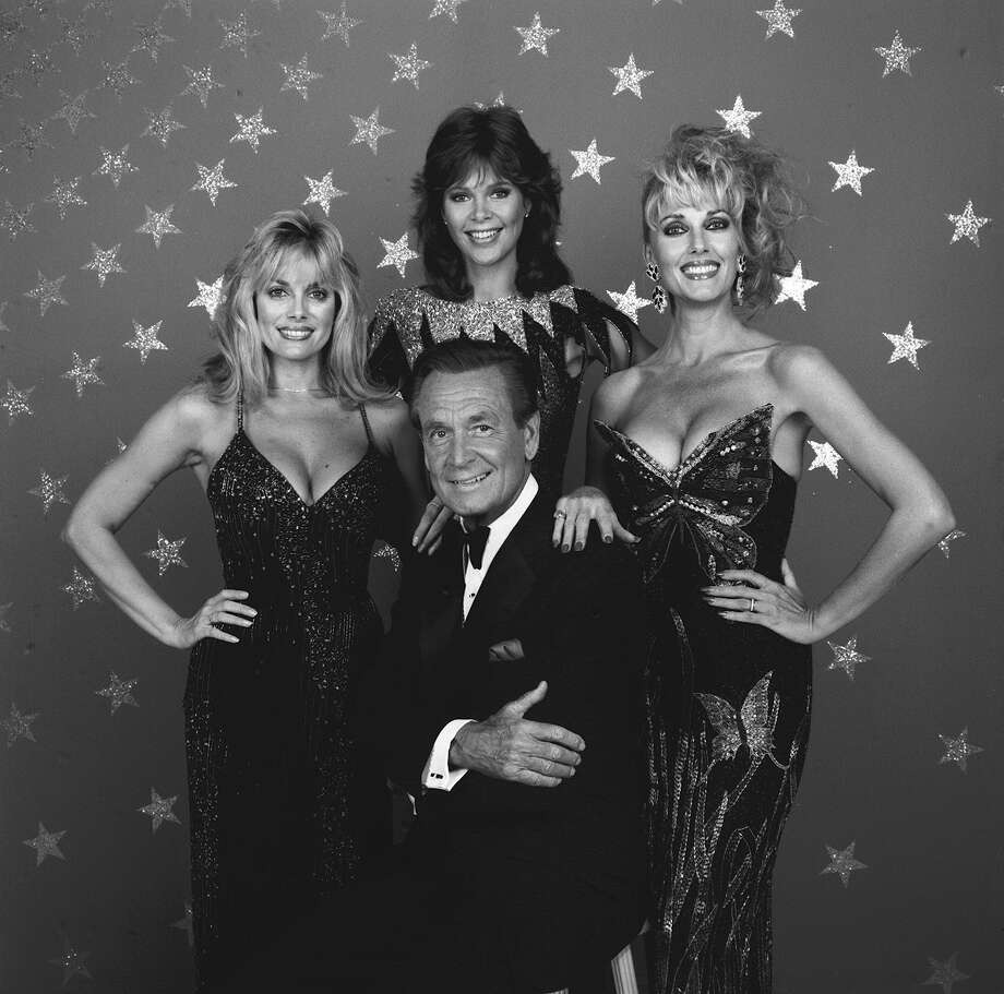 1986: Bob Barker surrounded by the game show models Dian Parkinson, Holly Halstrom and Janice Pennington. Photo: CBS Photo Archive, Getty Images / 1986 CBS Photo Archive
