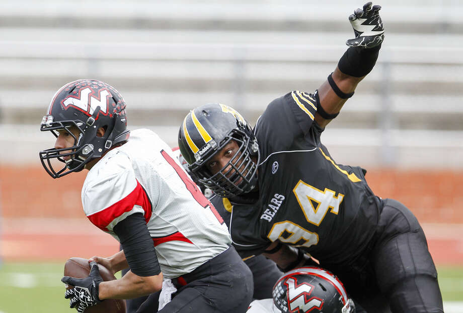Brennan senior defensive end and Texas commit Derick Roberson (right) has been in the spotlight since a suspension as a junior. Photo: Marvin Pfeiffer / San Antonio Express-News / Express-News 2013