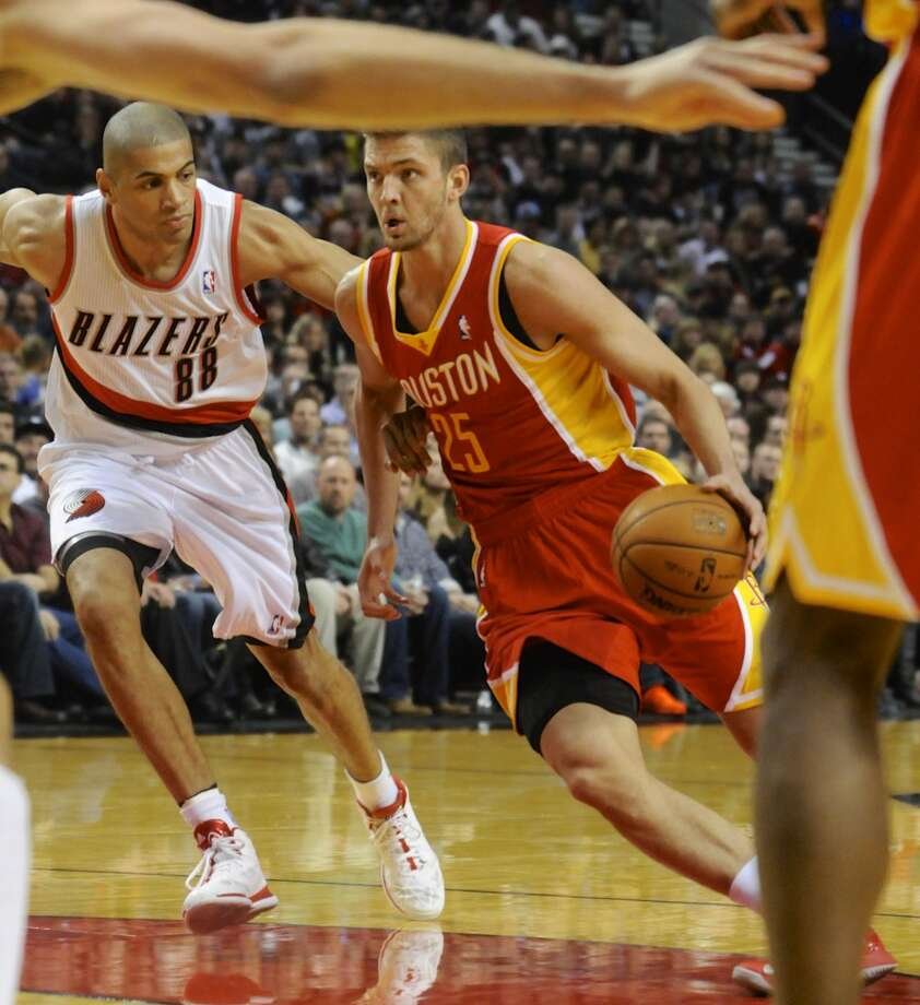 Chandler Parsons (25) drives against Nicolas Batum (88). Photo: Greg Wahl-Stephens, Associated Press