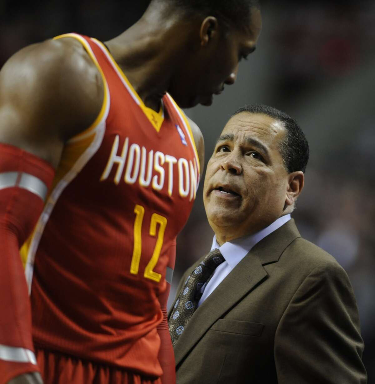 Rockets assistant coach Kelvin Sampson talks with Dwight Howard.