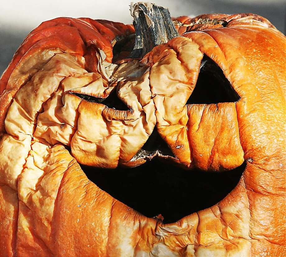 Terminal patient: He seemed healthy enough a month and half ago, but the last six weeks haven't been kind to Jack O. Lantern of the first block of East Elm Street in Alton, Ill. He doesn't look like he'll make it through the holidays. Photo: John Badman, Associated Press