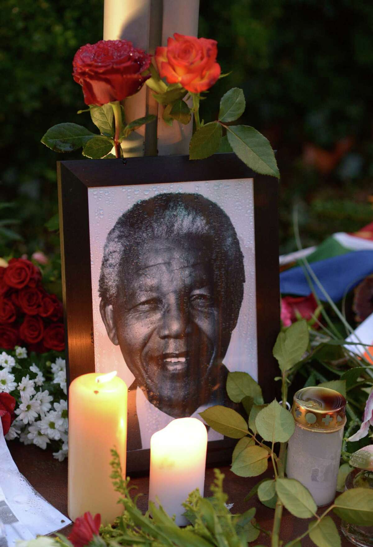 A photo of former South African President Nelson Mandela is displayed in front of his nation's embassy in Germany.
