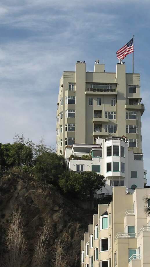 290 Lombard St. | Architect: H.C. Baumann | Style: Art Moderne | Size: 7 stories | Date built: 1940 Photo: John King