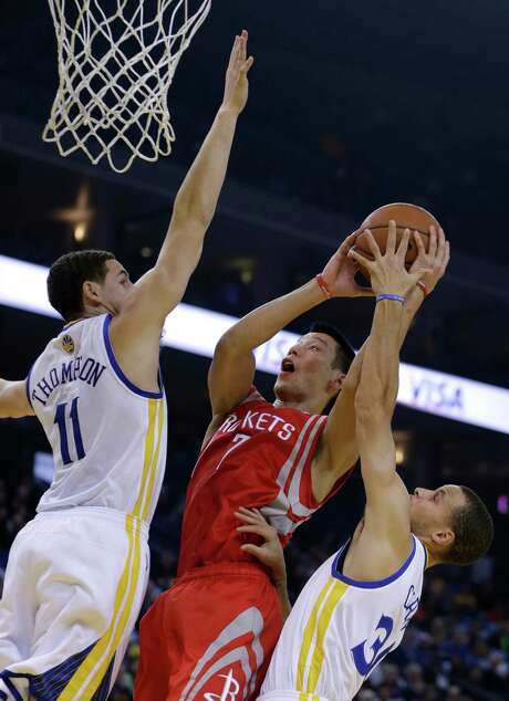 Rockets guard Jeremy Lin (7), who has been nursing a sore knee, was back in the lineup for the first time in two weeks. He scored eight points in 21 minutes. Photo: Ben Margot, STF / AP