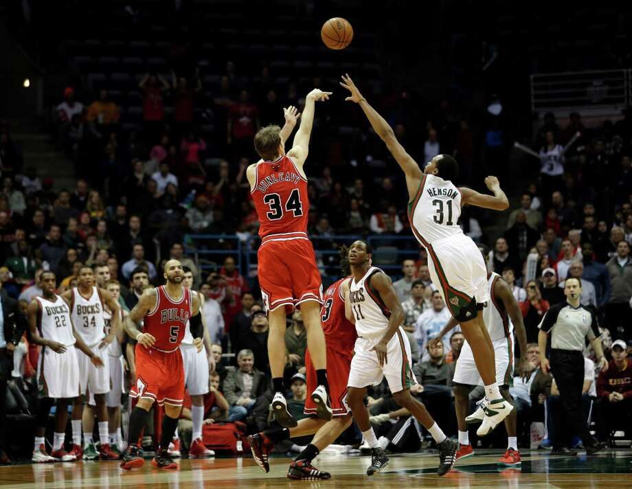Mike Dunleavy (34) nails a 3-pointer with 5.8 seconds left to put the Bulls up for good over the Bucks. Photo: Morry Gash, STF / AP