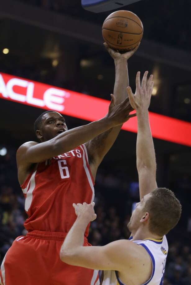 Terrence Jones (6) shoots over David Lee. Photo: Ben Margot, Associated Press