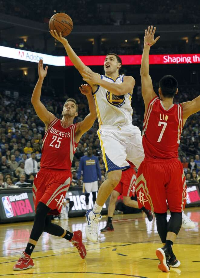 Klay Thompson drives to the basket between the Chandler Parsons (25) and Jeremy Lin (7). Photo: JANE TYSKA, McClatchy-Tribune News Service