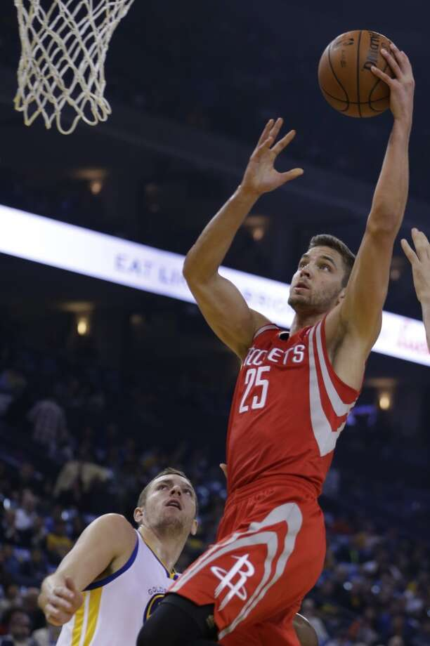Chandler Parsons (25) shoots over David Lee. Photo: Ben Margot, Associated Press