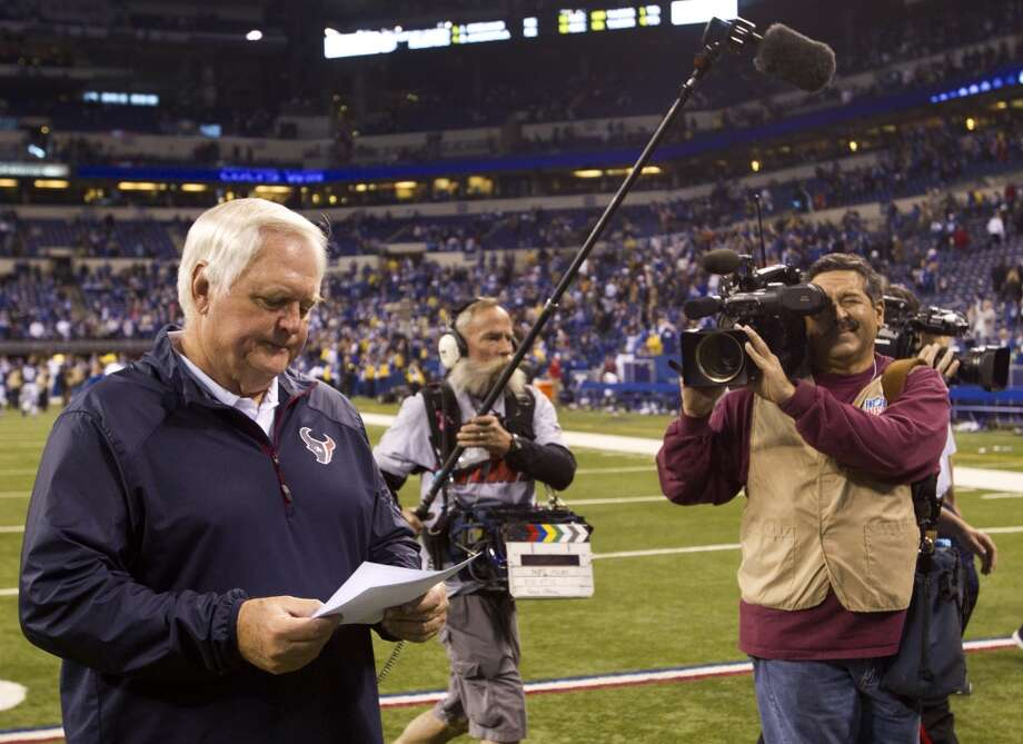 Texans interim head coach Wade Phillips leaves the field. Photo: Brett Coomer, Houston Chronicle