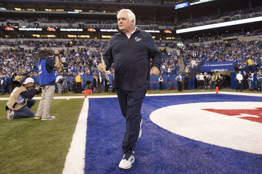 Texans interim head coach Wade Phillips jogs on the field before the Colts game. Photo: Brett Coomer, Houston Chronicle