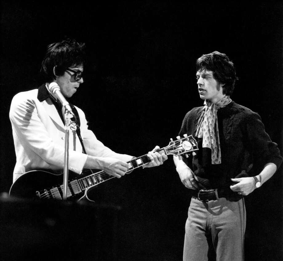 TOP OF THE POPS  Photo of Mick JAGGER and Keith RICHARDS and ROLLING STONES, Keith Richards & Mick Jagger on the set of UK TV Show, playing Gibson Les Paul Custom guitar  (Photo by David Redfern/Redferns) Photo: David Redfern, Getty Images / Redferns