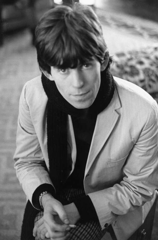 NEW YORK  - OCTOBER 28: Guitarist Keith Richards of the rock band 'The Rolling Stones' wears a scarf in a candid portrait at the New York Hilton on October 28, 1965 in New York City, New York. Photo: Michael Ochs Archives, Getty Images / Michael Ochs Archives