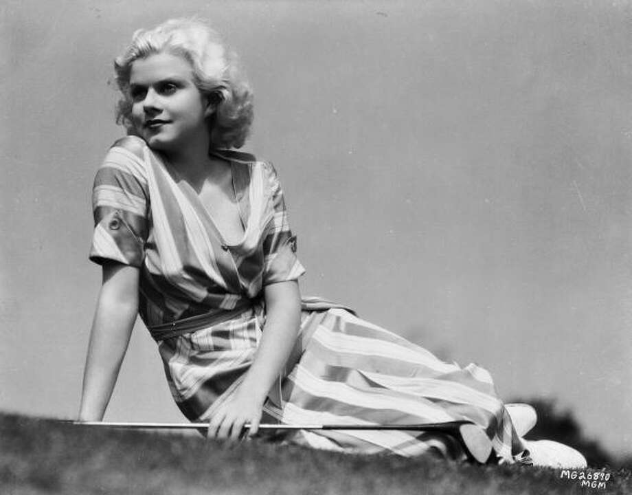 Actress Jean Harlow (1911 - 1937) takes a breather between greens on the golf course dressed in a striped summer dress. Photo: Clarence Sinclair Bull, Getty Images / Moviepix