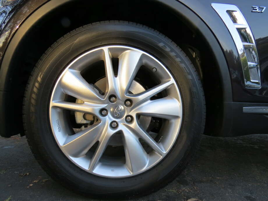 These humongous 20-inch wheels really set off the QX70's muscular design. They add heft to an already hefty-looking car.
