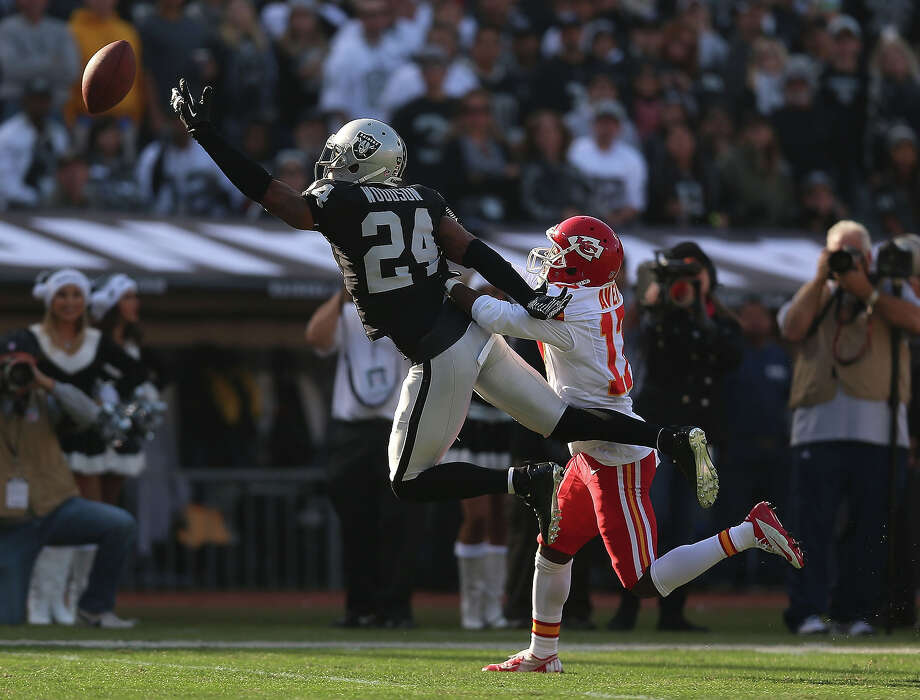Charles Woodson #24 of the Oakland Raiders reaches for a ball over Donnie Avery #17 of the Kansas City Chiefs at O.co Coliseum on December 15, 2013 in Oakland, California. Photo: Jed Jacobsohn, Getty Images / 2013 Getty Images