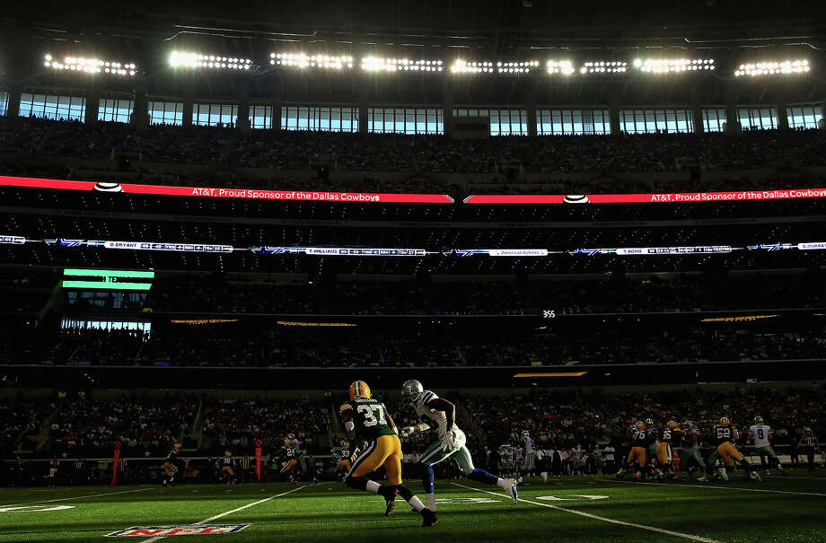 (L-R)  Sam Shields #37 of the Green Bay Packers defends  Dez Bryant #88 of the Dallas Cowboys at Cowboys Stadium on December 15, 2013 in Arlington, Texas. Photo: Ronald Martinez, Getty Images / 2013 Getty Images