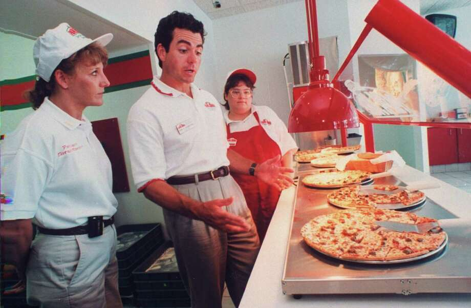 John Schnatter, founder and president of Papa John's Pizza, makes a surprise quality check at one of his restaurants in 1997. Photo: Taro Yamasaki, Getty Images / Taro Yamasaki