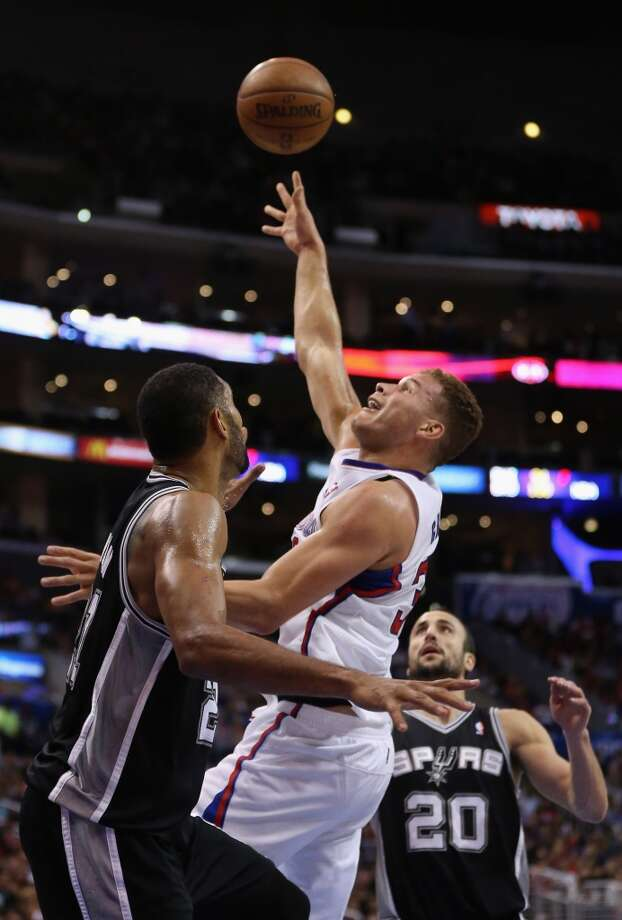 Blake Griffin #32 of the Los Angeles Clippers shoots between Tim Duncan (L) #21 and Manu Ginobili #20 of the San Antonio Spurs in the first half at Staples Center on December 16, 2013 in Los Angeles, California. Photo: Jeff Gross, Getty Images