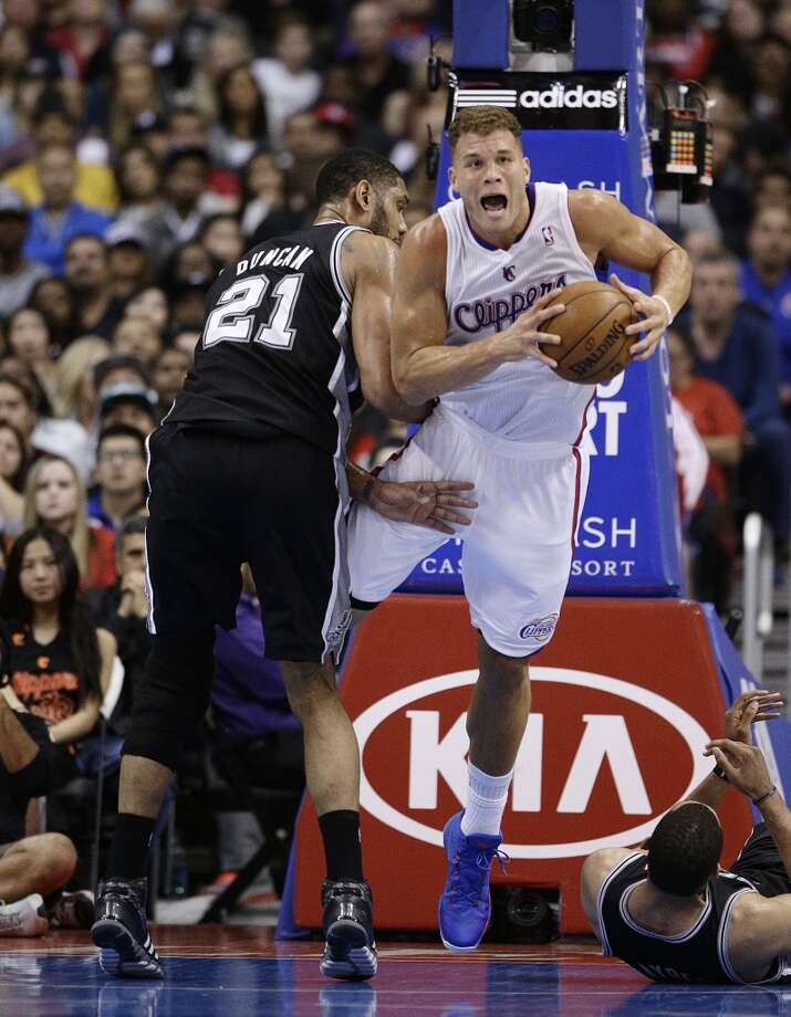 Los Angeles Clippers' Blake Griffin, right, is fouled by San Antonio Spurs' Tim Duncan during the first half of an NBA basketball game on Monday, Dec. 16, 2013, in Los Angeles. Photo: Jae C. Hong, Associated Press