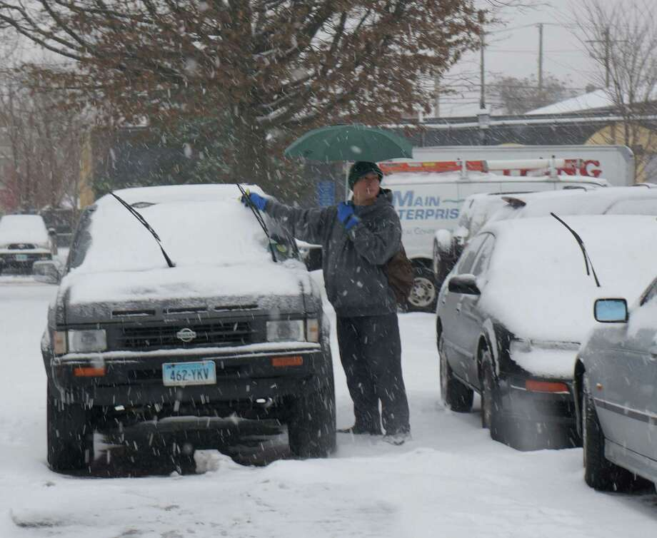 A snowstorm that seemed like no big deal in the morning, picked up in intensity as the day wore on. Photo: Genevieve Reilly / Fairfield Citizen