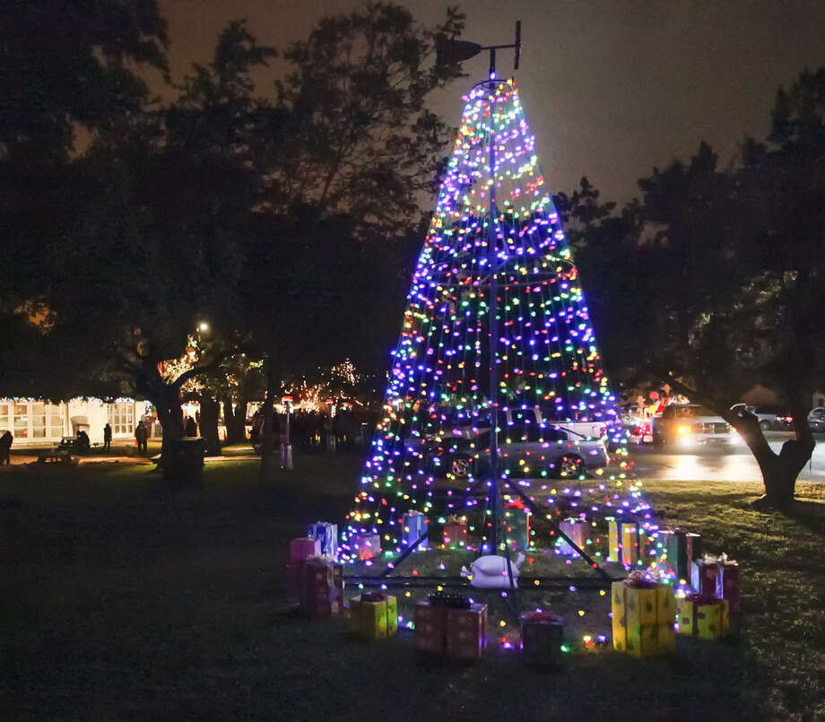 The annual Helotes tree lighting ceremony took place for the sixth year Friday at City Hall. Photo: MARVIN PFEIFFER, Marvin Pfeiffer / Prime Time New / Prime Time Newspapers 2013