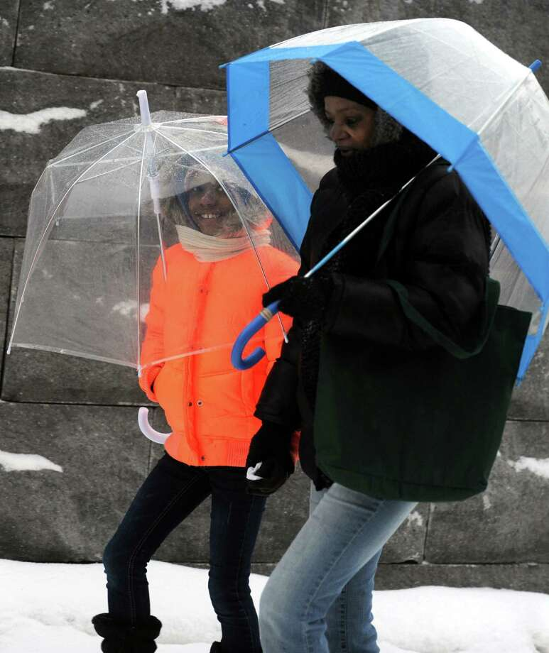Snow scenes from Bridgeport, Conn. Tuesday, Dec. 17, 2013. Photo: Autumn Driscoll / Connecticut Post