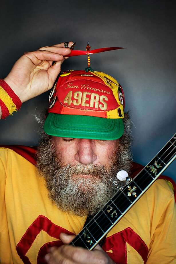 "49ers fan Stacy ""Banjo Man"" Samuels, 63, Berkeley. Photo: Mike Kepka, The Chronicle"