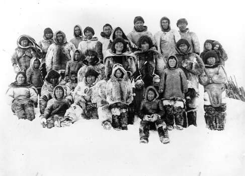 A group of Inuits of America's Arctic coastline came to visit the camp of the Canadian explorer Vilhjalmur Stefanson, near Point Barrow. Photo: Topical Press Agency, Getty Images / Hulton Archive