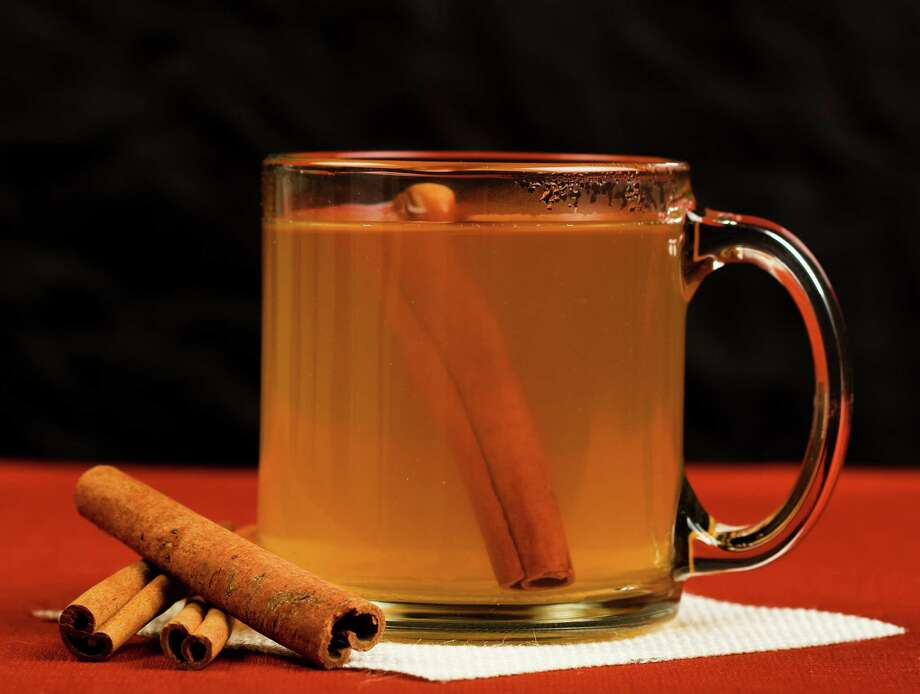 Hot mulled apple cider with cinnamon stick Photo: Sam Smith / msheldrake - Fotolia